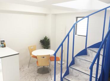【事務所の内観】 白を基調とした清潔感あるキレイなオフィスです♪ イキイキと働けるとスタッフからも好評です◎