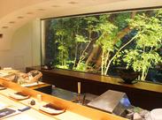 一面ガラスで高級感あふれるカウンター席。お客様の特別な時間をより良いものにできるよう、丁寧なサービスを提供しています。