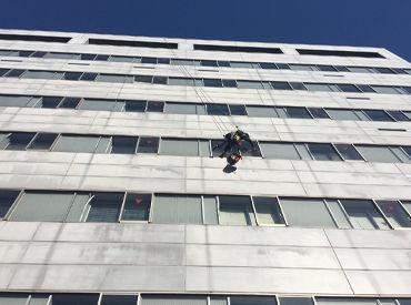弊社のロープアクセス工法なら いままでは作業できなかったところもできるとあって大好評♪ 高い所からすっと降りるのは快感!