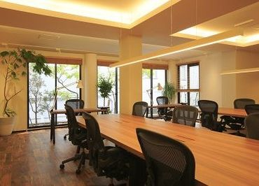木のぬくもりが感じられる開放感のあるオフィス* お仕事内容によっては在宅勤務も可能です◎ ※出社の日もございます。
