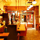 """ヨーロッパを感じさせるカワイイ外観に、 """"木""""を基調とした優しい店内が、 とってもおしゃれなカフェ♪"""