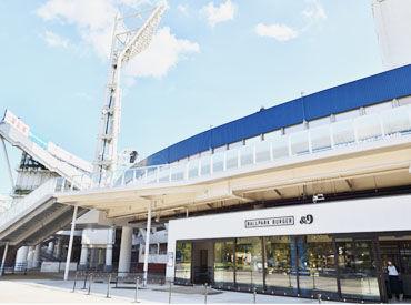 【BALLPARK BURGER &9 】 スタジアムのバックスクリーン下のゲート横にあります♪ スタイリッシュな外観がかっこいいお店です!