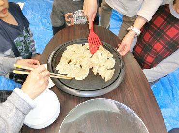 公園で遊んだり、お出かけしたり… これは料理を作った時の写真です☆ 子どもたちと一緒に楽しい時間を過ごすお仕事◎