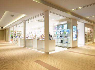 店内は白を基調にした落ち着いた雰囲気♪お客様も落ち着いた方が多く、働きやすいです◎