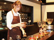 「カフェで働いてみたい!」はじめはそんな気持ちでOK! 未経験の方も是非お気軽に♪ <土日、朝・夕方の時間、特に大歓迎!>