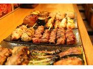 キッチンは男性が活躍中!写真のような美味しい焼き鳥をつくれるように、一からサポートしていきますよ♪