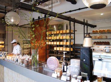 カフェスペースも併設されている、開放的で落ち着いた雰囲気の店内…★*゜ 働いているだけで気分もアガリます♪