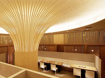 【京橋店】 京都の竹材で四方を囲み、 中央には天井へ伸びる竹細工のオブジェがダイナミックな空間を演出しています*