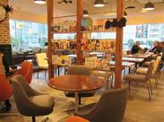 ガラス張りの開放感溢れる店内が魅力!雑誌でも話題のWIRED CAFE!あなたの接客・調理経験を活かしませんか?