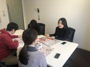 オフィスは、人気エリア新宿の高層ビル内!駅から近く通勤に便利◎白を基調としたオフィス+広々としたデスクで働きやすい!