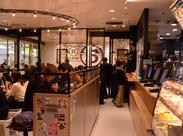 田町駅改札内の『Ⓡベッカーズ』 通いやすさも大事ですよね? ハンバーガーやデリの良い香りが 漂う店内はオシャレで居心地抜群♪