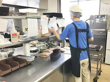 1回のシフトを3人ほどで回します◎ 厨房も広すぎず、落ち着いてお仕事できる環境ですよ♪