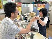 最初は先輩スタッフの隣で商品を袋詰めしてお客さまにお渡しするお仕事から♪レジの操作などは順番にお教えしていきます!