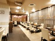 白と木目を基調としたスタイリッシュモダンな店内♪お客さまもゆっくりくつろいで過ごされているので落ち着いた接客ができます★