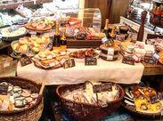 まるで海外のスーパーマーケットみたい!かわいいパッケージ、色鮮やかなデリは見ているだけでワクワク★ ※芦屋店の写真です◎