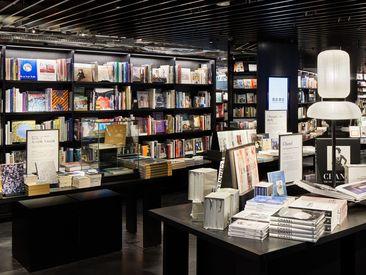コーヒーの香り、優しい照明、癒し空間。最新のビジネス書・海外の雑誌や書籍、珍しい雑貨や家電も多数取扱い。世界観が広がる♪