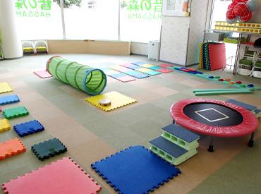 【児童指導員(保育士)】\未経験・無資格OK/1人あたり、2~3人の子どもたちを見るだけ♪リズム遊びや体操をして、子どもたちと過ごしましょう!