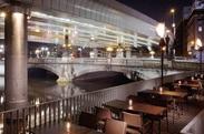 人気に川沿いのテラス席は雰囲気ばっちり◎