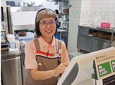 【店舗スタッフ】**★バイトデビューにもピッタリ★**おいしいハンバーガーとあなたの笑顔でお客様にくつろぎの時間をご提供★