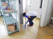 最初はカンタンなふき取り作業からお願いします! 終わった後は床がピカピカになるので気持ちいいですよ◎