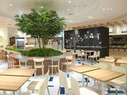 お店の中に大きな木!?開放感たっぷりのおしゃれな空間★ウッドテイストのテーブルや優しい色合いのチェアーにほっとひと息♪