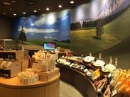 年間100万人が訪れる美瑛の美しい丘陵景観が広がる店内♪イートインコーナーには、ゆったり黒豆珈琲を楽しむお客様の姿も…★