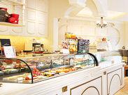 白を基調としたキレイで可愛らしいお店♪甘い香りに包まれて、お客様もスタッフも穏やかな時間を過ごしています。