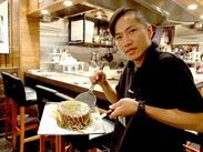 アツアツジューシーな鉄板焼きが大人気♪オープンキッチンのお洒落な店内は、鉄板の煙が気にならないので働きやすい◎
