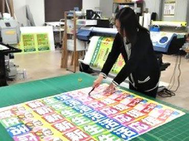 ★女性スタッフ活躍中★ コチラは印刷物をカットしている様子◎ 機械の操作もマニュアルがあるのですぐに慣れますよ♪