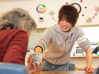 【介護職員】グループホームでの介護の仕事◎まずは利用者の皆さんを覚えることから☆「人の役に立ちたい」その気持ちを活かしませんか?