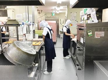 清潔感のある調理場でのお仕事♪ 常時複数名のスタッフがいるので、 一人であれもこれも…なんてこともありません◎