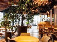 イベントスペースとカフェが融合したフロア「common ginza」内。一面ガラス張りで、開放的かつラグジュアリーな空間。