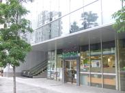 【☆夜勤STAFF大募集☆】ビルの1Fにある、広くてキレイな店舗です!バックヤードも広いので、のびのび休むことも♪
