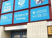 \新宿駅南口から徒歩3分!/ 幅広い世代が自由に活躍中! レジをピッと打ったり、 商品を並べたり簡単にできるお仕事◎