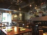 店内はキレイで落ち着いた雰囲気です! 壁には、農業をイメージした鍬などが飾られています♪ 外観はカフェのようなウッド調☆彡
