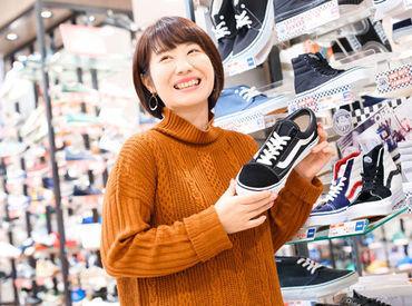 """【販売スタッフ】靴が好き、接客が好き、センスを磨きたいetc働くきっかけは人それぞれ♪初めての方も大歓迎!""""好き""""をきっかけにLet's新生活★"""