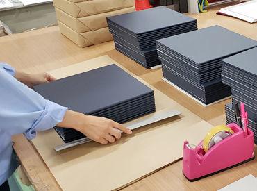 こちらは会社での作業の様子◎ 七五三などで使用するアルバムの ≪台紙≫を作っている会社です♪