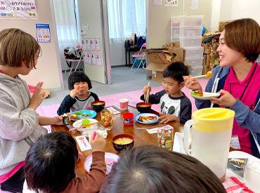 一緒にご飯を食べながら仲良くおしゃべり♪ 児童の毎日の成長がうれしいんです◎