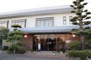>>日本庭園が眺められる旅館の玄関<< 落ちついた雰囲気でお仕事START!! 近ければ…送迎もしますよ(●´ω`●)