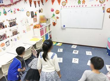 1クラス1~6人★ アルファベットのパズルで遊んだり、 単語を覚えたり…♪ みんなで楽しい時間を過ごしましょう!