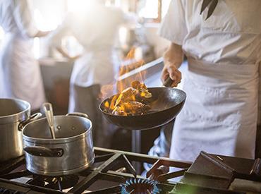 【調理・キッチン】★月8日休み★駅チカのお洒落な海鮮料理店★キッチン募集