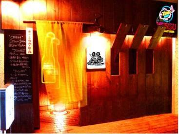 【ホール】怪しげな光が乱反射していますが店内はオシャレな南国風のデザイン屋根裏席や謎の木彫り仮面等…ワクワクするお店です◎♪