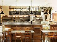 木目を基調にした、光差し込む開放的な空間が人気の『みのりカフェ』。カウンター後のボードには旬のメニューがズラリ。