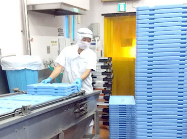 ▲洗い物作業の様子です!▲ 給食に使用する容器類を洗浄機械に 入れたり出したりの簡単WORK◎