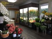 店内はこんな感じ!お店での接客よりも、奥に作業場でお花を用意することが多いです◎