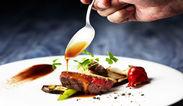 食材が喜ぶ調理法を考えながら一流の料理スキルが学べます。