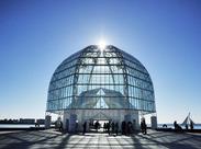 葛西臨海水族園でまず目を引くのは、高さ21mの大きなガラスドーム!ここがエントランス。一緒に楽しく働きましょう♪