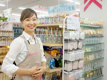 """レジはとっても簡単!100円商品をひとつづつ""""ピッピッ""""とするだけ♪ もちろん、最初は先輩Staffが丁寧にサポートします!"""
