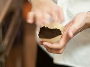 コーヒー豆を量って、機械で挽くだけでOK!! 難しい作業はありません◎ バイトデビューも優しくフォローしますよ♪