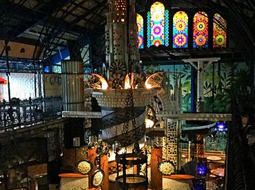 外からは想像もできない異空間が広がる店内。モザイクタイルやステンドグラスの凝った内装は、なんとオーナー自身のデザイン!!